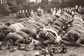 Muslim soldiers praying